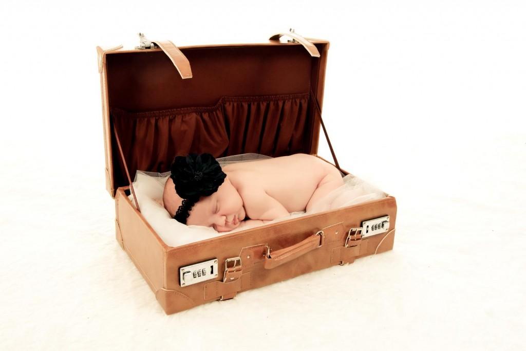 petit bébé dans une valise (1)