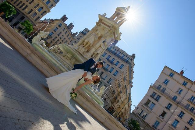Promenade romantique lors du mariage de Marie et David. Pont de la guillotière, Place des jacobins, Château de Gourdan à Annonay